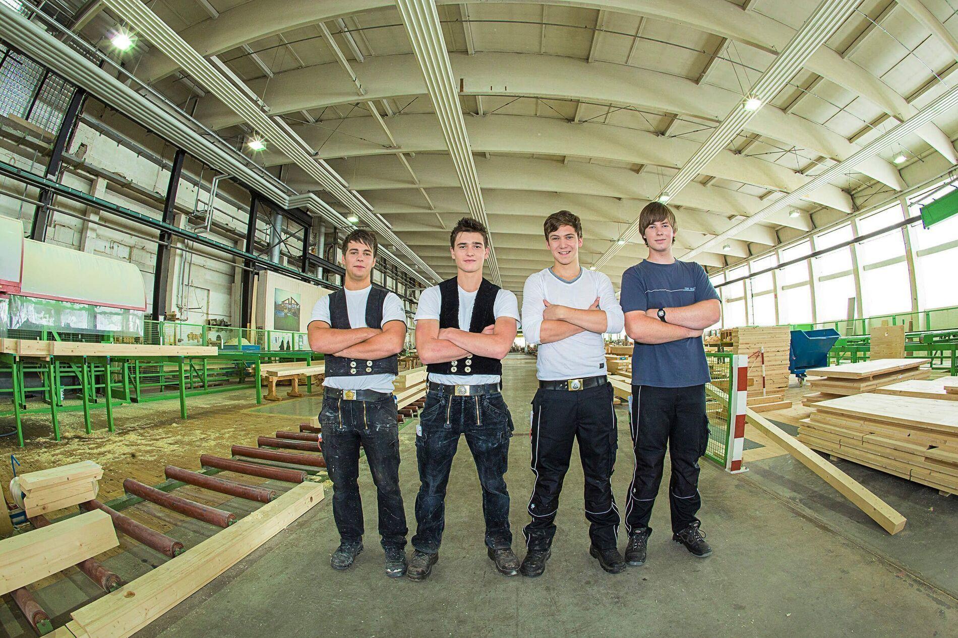 Gruppenfoto Azubis Produktionshalle